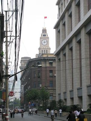 汉口路上遥望海关钟楼